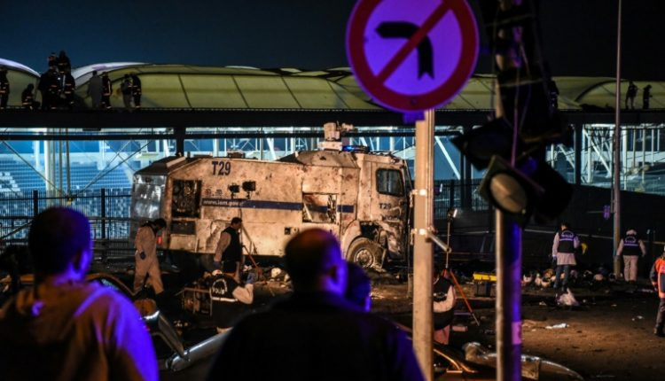 محققون في موقع التفجير في اسطنبول في 10 كانون الاول/ديسمبر 2016