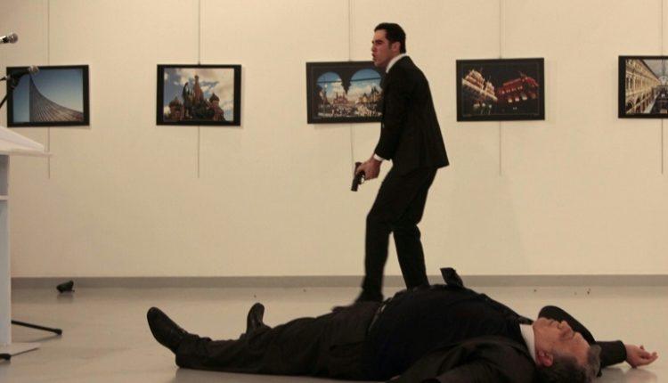 الدبلوماسي الروسي اندريه كارلوف على الارض بعد اطلاق النار عليه