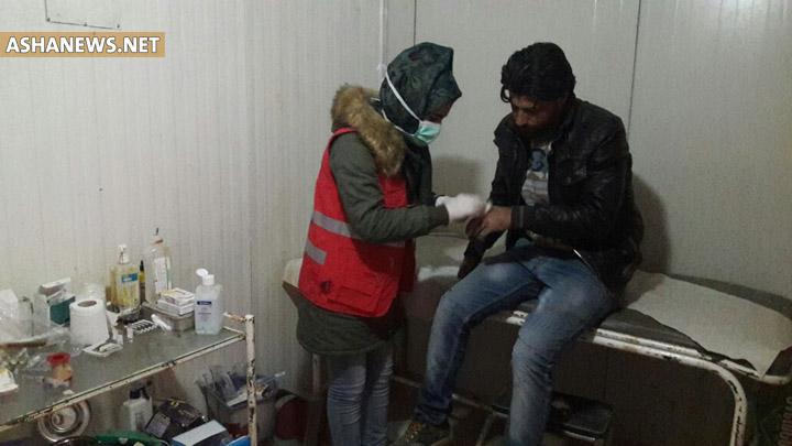 تقديم العلاج لمصاب بداء اللشمانيا في مخيم الهول