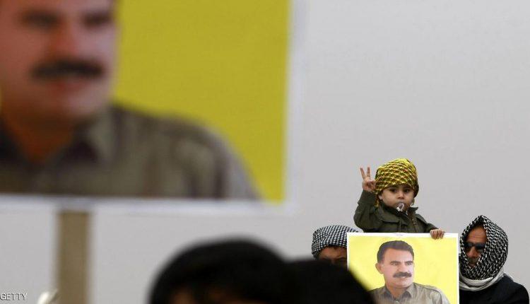 أكراد يرفعون صورة الزعيم الكردي عبدالله أوجلان