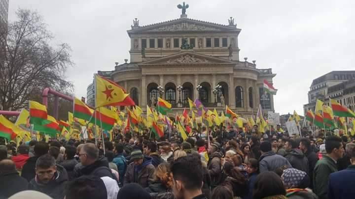 17351151 - الآلاف من أنصار العمال الكردستاني يتظاهرون في ألمانيا والشرطة تتدخل