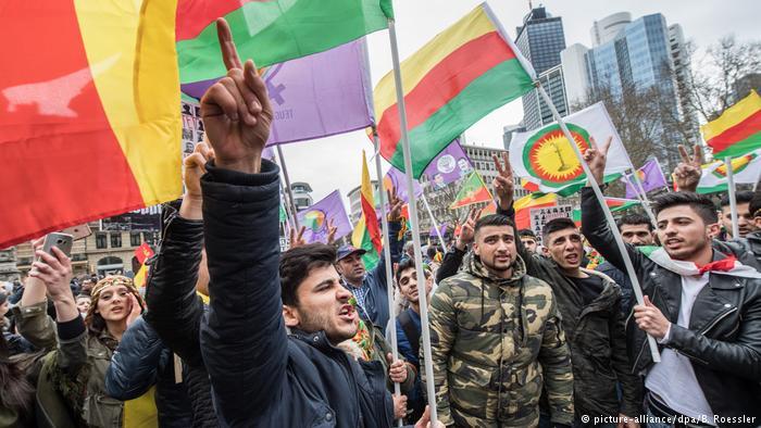 """آلاف الأكراد يتظاهرون في فرانكفورت تحت شعار """"لا للديكتاتورية"""""""