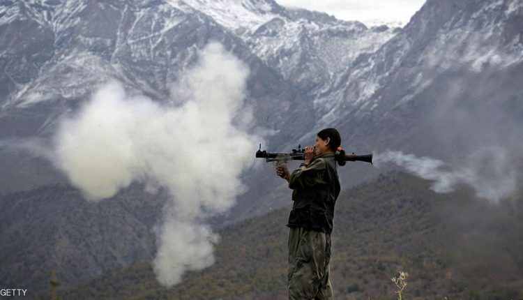مقاتلة في حزب العمال الكردستاني تطلق صاروخا