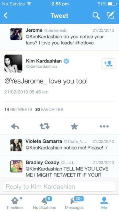 """كتب العامل تغريدة لكاردشيان: """"هل تلاحظين معجبيك؟ .. أحبك بشدة #hotlove """"، فأجابت: """"أحبك أيضا!""""،"""