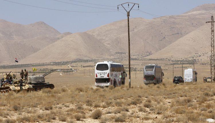 حافلات تقل مقاتلين داعش مع عوائلهم