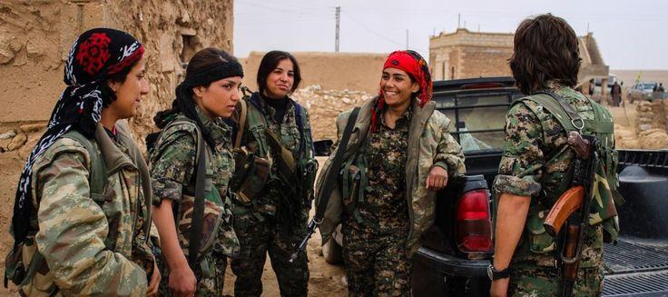 نساء يشاركن في الحرب ضد داعش
