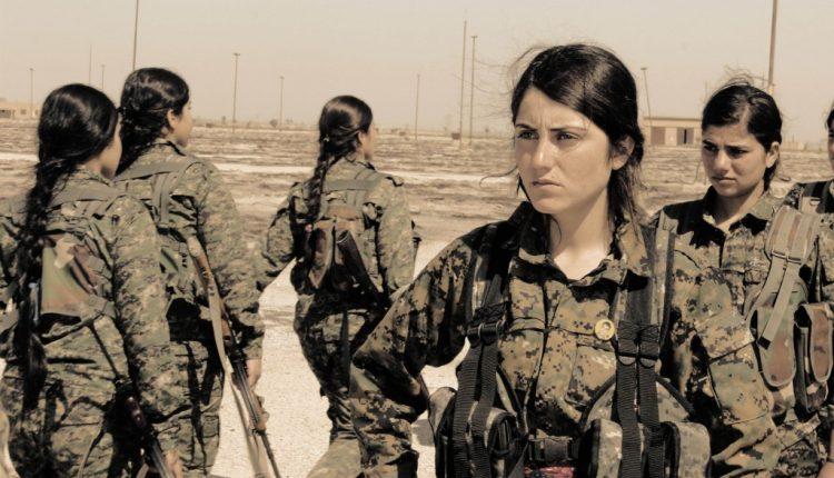 مقاتلات من وحدات حماية المرأة (YPJ)