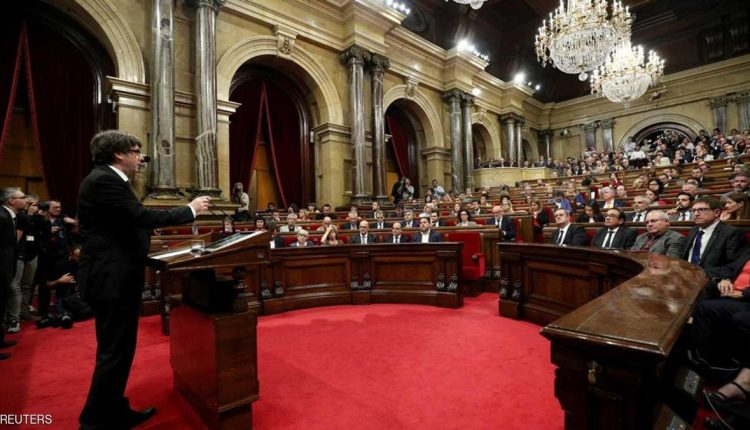 رئيس كتالونيا يتحدث خلال جلسة البرلمان.