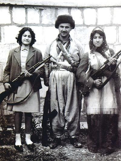 جلال طالباني بين ناشطتين كرديتين في أوائل انطلاق الثورة الكردية