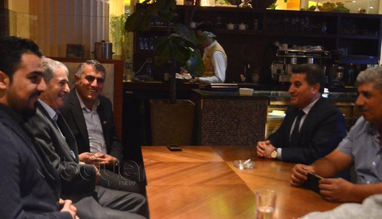صورة تجمع عبد الباقي يوسف القيادي في حزب يكيتي مع وفد الإدارة الذاتية