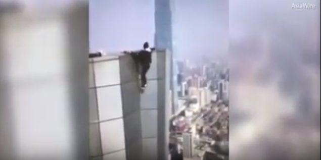 لحظة تدلي وو من اعلى البرج