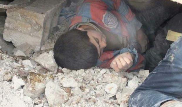انتشال طفل جريح من انقاض القصف التركي على عفرين