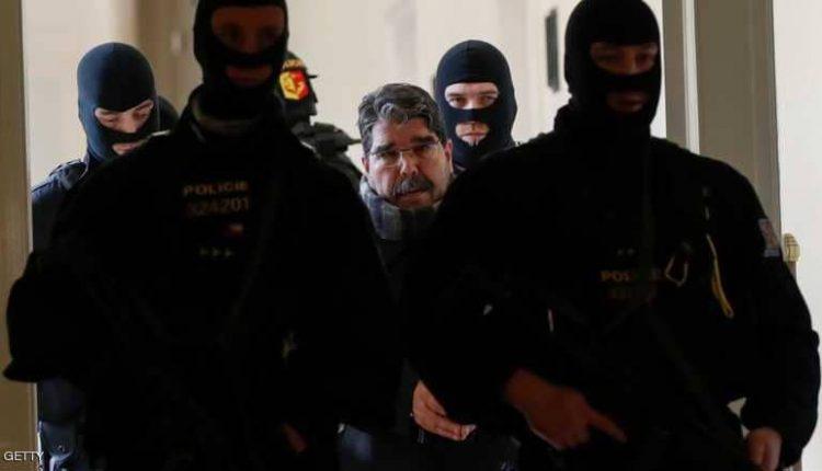 مسلم خلال اقتياده للمحكمة