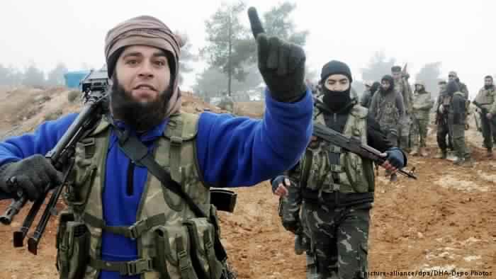 مقاتل من الفصائل السورية المسلحة المشاركة في الحملة العسكرية بمنطقة عفرين