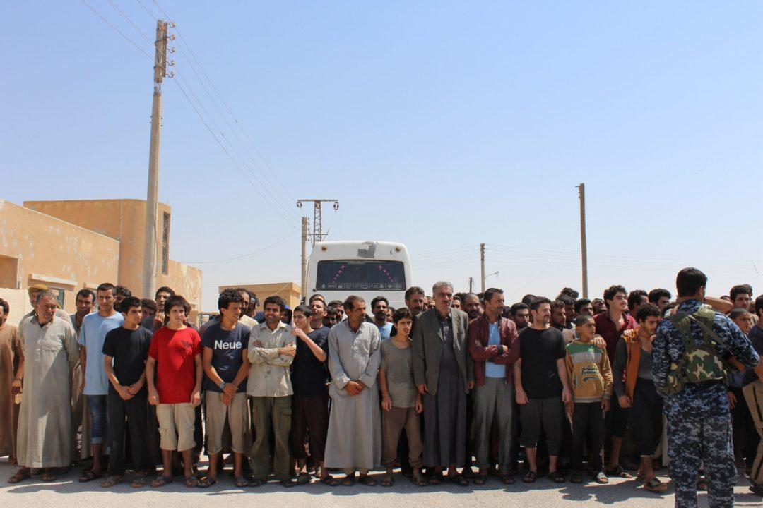 سوريا الديمقراطية تفرج عن مئات المعتقلين في منبج والطبقة وعين عيسى