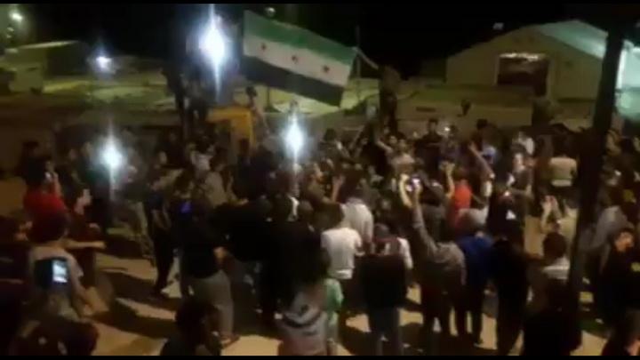 """فيديو.. نازحون من دير الزور يقتلون 4 مهاجرين كرد ويحتفلون بالرقص تحت علم """"الثورة"""""""