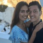 بالصور.. أوزيل برفقة حبيبته في جزيرة سانتوريني اليونانية